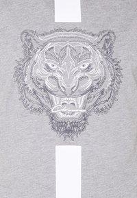 CLOSURE London - FURY TEE - T-shirt imprimé - grey - 2