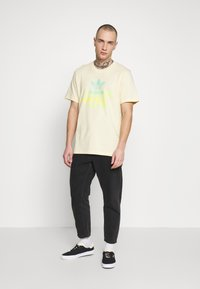 adidas Originals - SHATTERED LOGO SHORT SLEEVE GRAPHIC TEE - T-shirt imprimé - easyel - 1