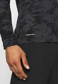 Nike Performance - T-shirt de sport - iron grey/white - 5