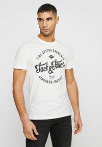 Jack & Jones - JJERAFA - T-Shirt print - cloud dancer - 0