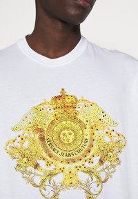 Versace Jeans Couture - MARK - Print T-shirt - white - 5