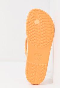 Crocs - CROCBAND - Chanclas de dedo - cantaloupe - 6