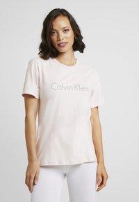 Calvin Klein Underwear - COMFORT CREW NECK - Pyžamový top - nymphs thigh - 0