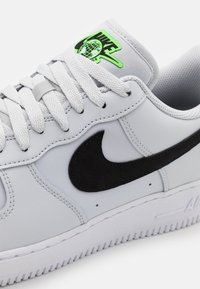 Nike Sportswear - AIR FORCE 1 '07 UNISEX - Sneakers basse - pure platinum/black/green strike - 5