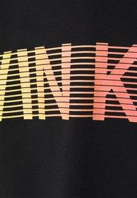 Calvin Klein Jeans - GRADIENT BACK LOGO TEE UNISEX - T-shirt con stampa - black - 2