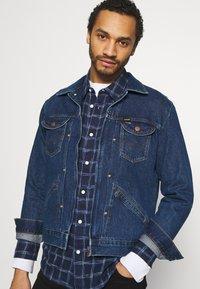 Wrangler - BRAD JACKET - Kurtka jeansowa - blue denim - 3