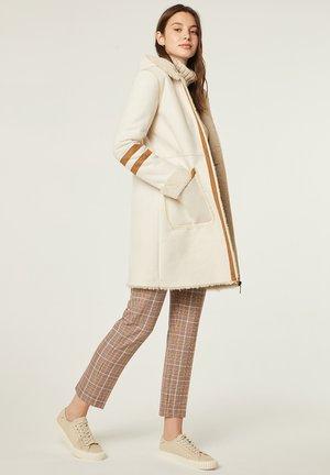 LARGO DE EN DOBLE  - Winter coat - crudo