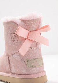 UGG - MINI BAILEY BOW SHIMMER - Korte laarzen - pink cloud - 5
