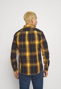 Wrangler - BUTTON DOWN SHIRT - Skjorta - spruce yellow - 2