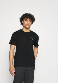 Calvin Klein Jeans - WASHED INSTITTEE UNISEX - Print T-shirt - black - 0