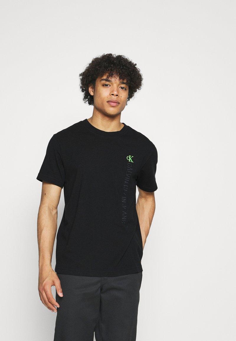 Calvin Klein Jeans - WASHED INSTITTEE UNISEX - Print T-shirt - black