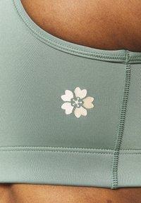ASICS - SAKURA SPIRAL BRA - Medium support sports bra - slate grey - 4