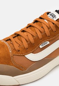Vans - ULTRARANGE EXO UNISEX  - Trainers - pumpkin spice/antique white - 5