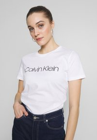 Calvin Klein - CORE LOGO CREW TEE - T-shirt con stampa - white - 0