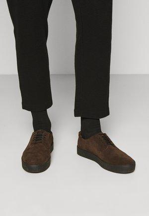 LUIS - Volnočasové šněrovací boty - dark brown