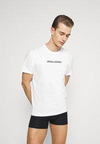 Jack & Jones - JACRAIN TEE 3 PACK - Pyžamový top - white/white/white - 1