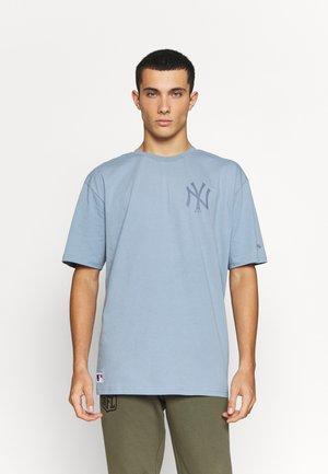 MLB NEW YORK YANKEES OVERSIZED SEASONAL COLOUR  - Klubové oblečení - soft blue