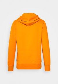 TOM TAILOR DENIM - HOODY CHEST PRINT - Hoodie - goldfish orange - 1