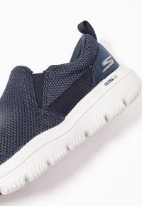 Skechers Performance - GO WALK EVOLUTION ULTRA - IMPECCABL - Chaussures de course - navy/grey - 5