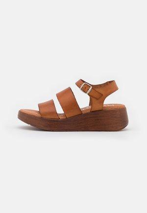MONKI - Sandály na platformě - cue
