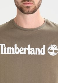 Timberland - CREW LINEAR  - Print T-shirt - capers - 3