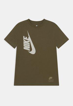 TEE AMPLIFY  - T-shirt med print - rough green