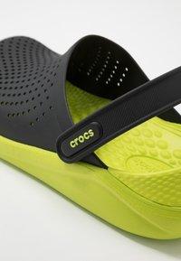 Crocs - LITERIDE - Drewniaki i Chodaki - black/lime punch - 5