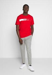 Timberland - KENNEBEC RIVER HORIZONTAL GRAPHIC TEE - T-shirt med print - barbados cherry - 1