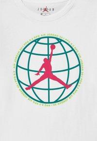 Jordan - MOUNTAIN SIDE GLOBE UNISEX - Print T-shirt - white - 2