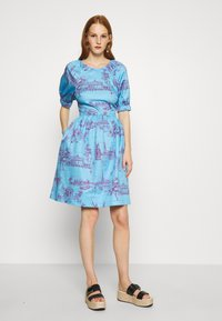 Who What Wear - CUT OUT BACK DRESS - Day dress - toile blue/burgundy - 1