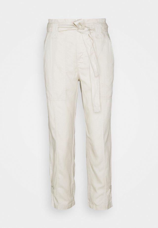 TIE WAIST EXCURSION PANT - Pantaloni - transition cream