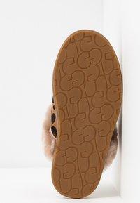 UGG - SCUFFETTE LEOPARD - Slippers - amphora - 6