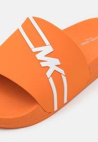 Michael Kors - JAKE SLIDE - Sandalias planas - amber orange - 5