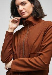 s.Oliver BLACK LABEL - MIT DURCHZUGKORDEL - Summer jacket - americano brown - 4