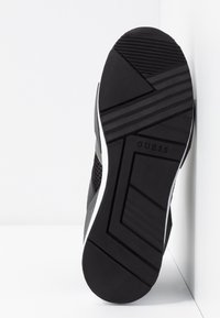 Guess - TYPICAL - Sneakers laag - black - 6