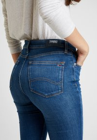 Tommy Jeans - MID RISE SKINNY NORA ZIP - Jeans Skinny - diamond mid blue - 4