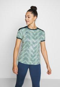 Puma - GRAPHIC - Camiseta estampada - dark denim/mist green - 0