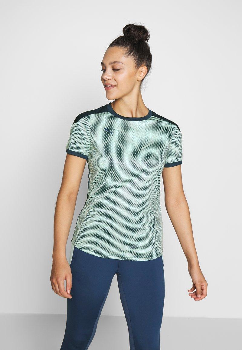 Puma - GRAPHIC - Camiseta estampada - dark denim/mist green