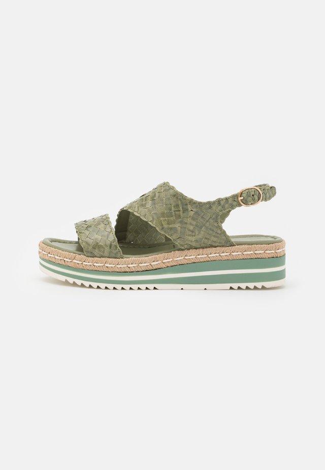Sandali con plateau - cedro