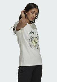 adidas Originals - TENNIS LUXE GRAPHIC ORIGINALS - T-shirt imprimé - off white - 3