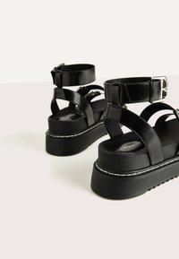 Bershka - MIT RIEMCHEN UND SCHNALLEN - Korkeakorkoiset sandaalit - black - 6