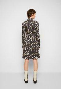 Victoria Victoria Beckham - PLEATED SHIRT DRESS - Shirt dress - black/multi - 3