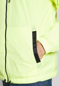 New Balance - SPORT STYLE OPTIKS - Giacca a vento - neon yellow - 6