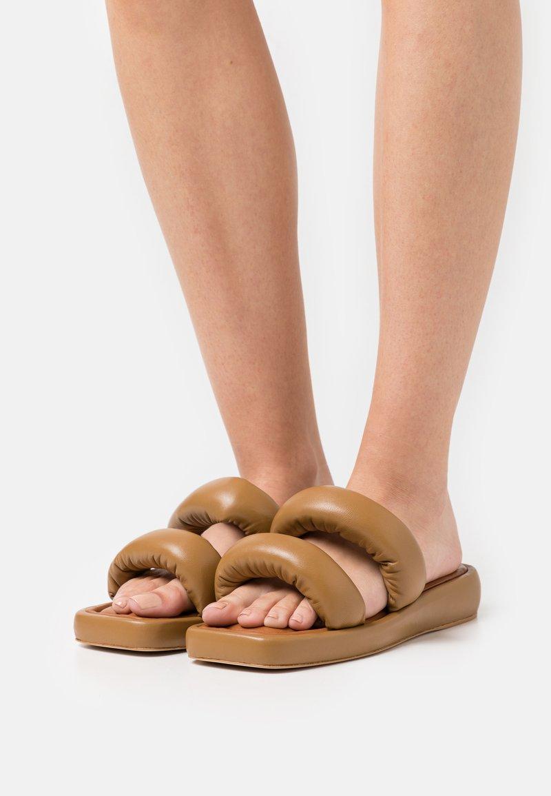 Rejina Pyo - BILLIE - Mules - biscuit