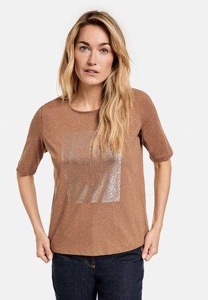 MIT FRONTPRINT GOTS - T-Shirt print - camel melange