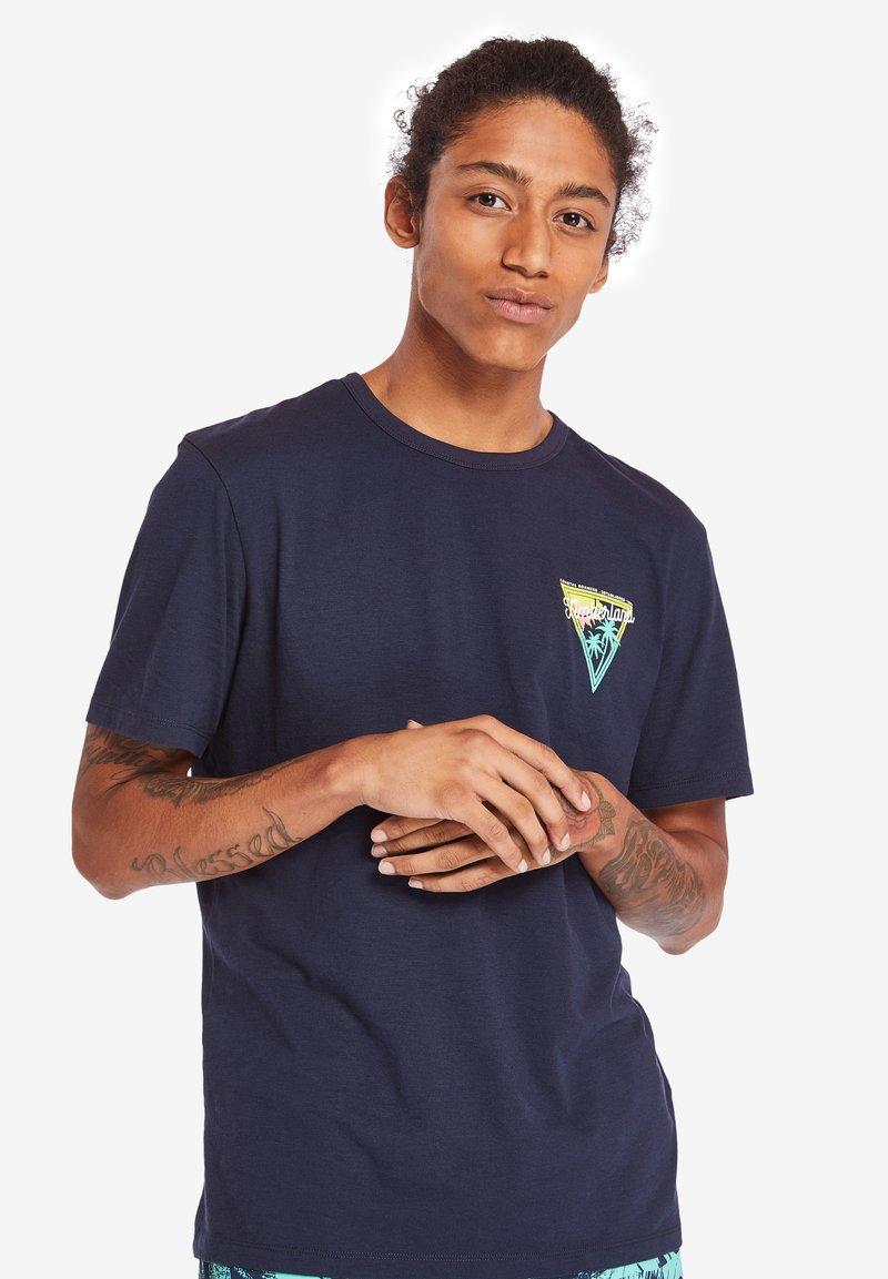 Timberland - COASTAL ROAMERS - Print T-shirt - dark blue