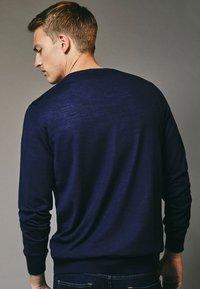 Massimo Dutti - MIT RUNDAUSSCHNITT - Sweatshirt - blue-black denim - 1