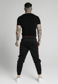 SIKSILK - IMPERIAL STRAIGHT TECH TEE - Triko s potiskem - black/red - 2
