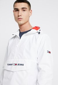 Tommy Jeans - TJM LIGHT WEIGHT POPOVER - Cortaviento - white - 3