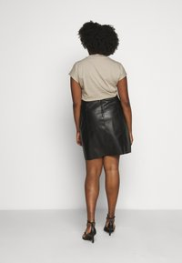 Vero Moda Curve - VMNORARIO SHORT COATED SKIRT - Pencil skirt - black - 2